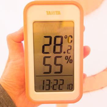 屋内で活動後のエアー着ぐるみ内部は28.2℃、湿度55%