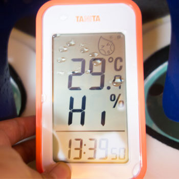 屋内で活動後のウレタン着ぐるみ内部は29.7℃、湿度100%超え